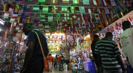 Un magasin de souvenirs de la Coupe du Monde de football à Abidjan, le 1er juin 2010. Luc Gnago / Reuters