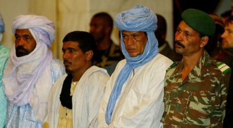 Iyad ag Ghaly, le chef d'Ansar Dine (à gauche), à Bamako, le 19 août 2003. REUTERS/Yves Herman
