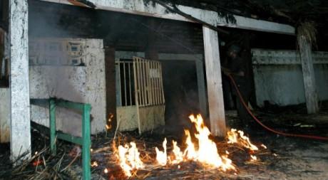 Destruction d'une école française en 2004 après les affrontements de Bouaké et Abidjan. REUTERS/Luc Gnago