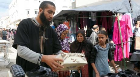 Un vendeur dans un souk du quartier deHay Ettadhamen à Tunis. AFP/Fethi Belaid