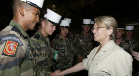 L'ancienne ministre de la Défense Michèle Alliot-Marie lors d'une visite en Côte d'Ivoire le 31 décembre 2003. AFP/Georges Gobet