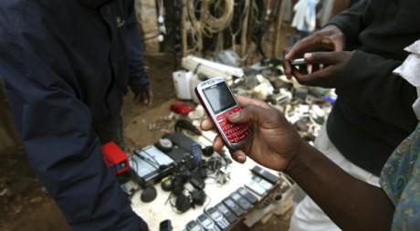 Un marchand de téléphone sur un marché près de Nairobi au Kenya, le 26 août 2011. Reuters/Noor Khamis