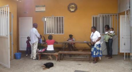 Une séance de devoir dans la cour de l'orphelinat de Viana en Angola. ©Estelle Maussion