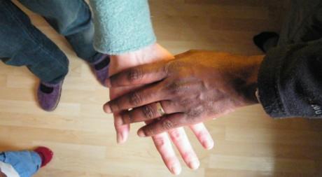 Les mains de Susann et de Chrispin ©Cécile Leclerc