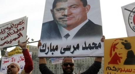 Manifestation anti-Morsi le 30 novembre. Sur la pancarte, le visage de Morsi collé à celui de Moubarak. Reuters/Asmaa Waguih