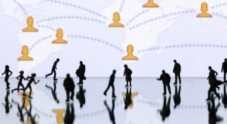 Des figurines illustrant la page d'accueil de Facebook, 12 mai 2012 à Paris AFP/Joel Saget