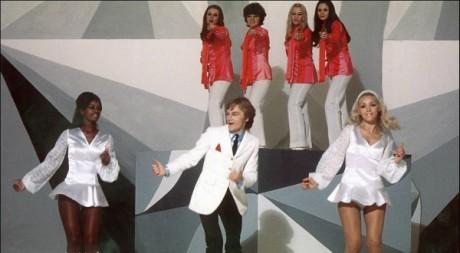 Claude François et ses claudettes sur le plateau de télévision de l'ORTF en 1969.