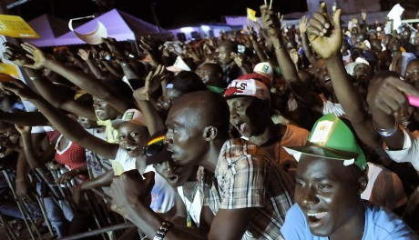 Des Ivoiriens pendant la Caravane de la réconciliation, 3 novembre 2012. © SIA KAMBOU / AFP