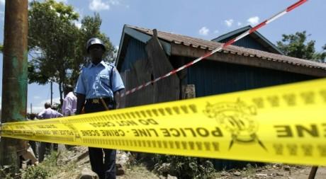 Un policier kényan sur une scène de crime, près de Nairobi. © REUTERS/Thomas Mukoya