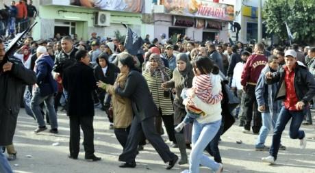 Des habitants de Sidi Bouzid, lors des manifestations du 17 décembre 2012. FETHI BELAID / AFP