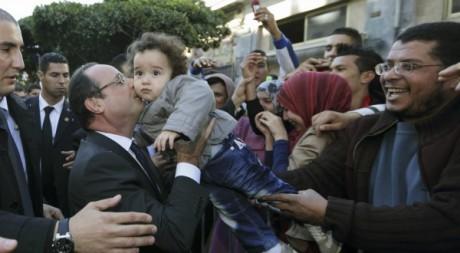 Bain de foule de François Hollande à Alger le 20 décembre 2012. Philippe Wojazer / Reuters