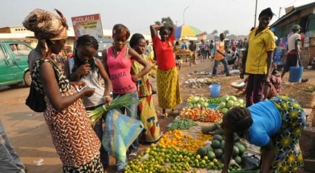 Bangui, les populations se ravitaillent, inquiètes d'un assaut des rebelles, 28 décembre. © SIA KAMBOU / AFP