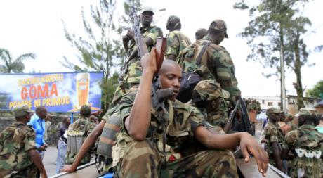 Les rebelles de l'Armée de Libération du Congo, ex-M23, patrouillent dans Goma, 20 novembre 2012. REUTERS/James Akena