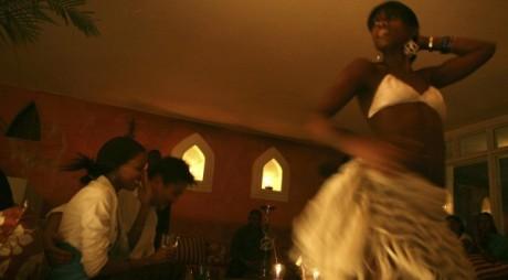 Une danseuse du ventre dans une boite de nuit à Nairobi. Le 13 février 2008. Reuters/Zohra Bensemra