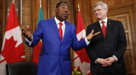 Yayi Boni discutant avec le Premier ministre canadien. Le 8 janvier 2013. Reuters/ Chris Wattie