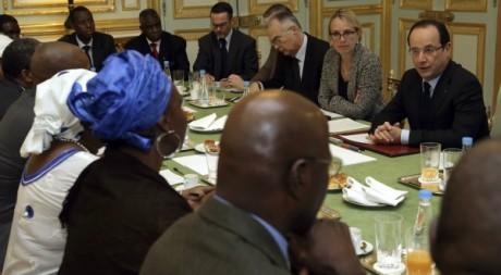 François Hollande parle avec des associations maliennes à l'Elysée, 13 janvier 2013, Paris. REUTERS/Philippe Wojazer