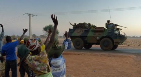 Des Maliens saluant des soldats français, 15 janvier 2013 © ERIC FEFERBERG / AFP