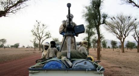 Un militant d'Ansar Dine qui arme son véhicule dans le Nord-Mali. Le 18 juin 2012. Reuters/Stringer
