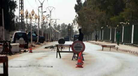 Barrage de police à l'entrée d'In Amenas, 18 janvier 2013. ©  FAROUK BATICHE / AFP