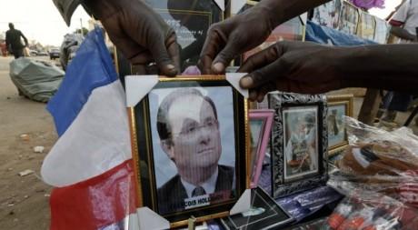 La photo du président François Hollande vendu dans un marché de Bamako. Le 20 janvier 2013. Reuters/Eric Gaillard