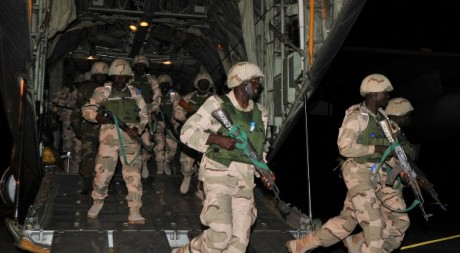 Soldats nigérians débarquant à Bamako, 17 janvier 2013. © ISSOUF SANOGO / AFP