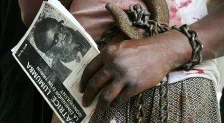 Un manifestant congolais tenant une image de Patrice Lumumba. Le 30 juin 2006. Reuters/ François Lenoir