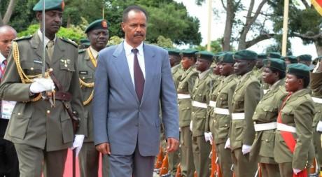 Le président érythréen Issayas Afeworki entouré de l'armée, le 16 août 2011. AFP/Peter Busomoke