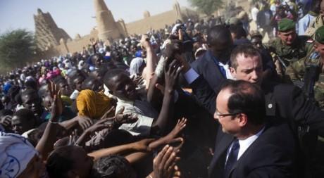François Hollande prenant un bain de foule, Tombouctou, 2 février 2013. © FRED DUFOUR / AFP