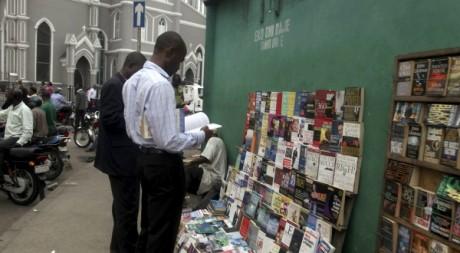 Un stand de livres d'occasion à Lagos Island, Nigeria, le 26 mars 2012. REUTERS/Akintunde Akinleye