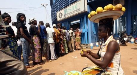 Des clients devant une banque à Bangui, 31 décembre 2012. REUTERS/Luc Gnago