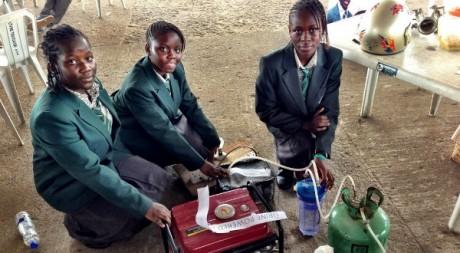 Aino Duro-Adebola (centre) a conçu un générateur électrique fonctionnant à l'urine.  Whiteafrican via Flicr CC.