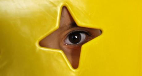 Un enfant autiste se cache derrière une étoile le 30 mars 2010 à Amman. REUTERS/Ali Jarekji