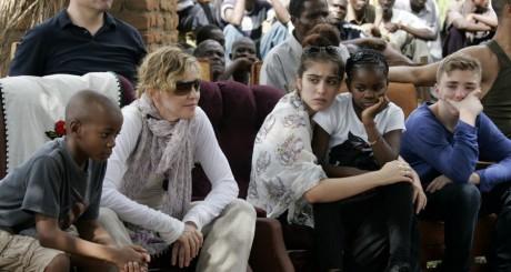 Madonna et ses quatre enfants (dont les deux adoptifs malawites), avril 2013 / AFP