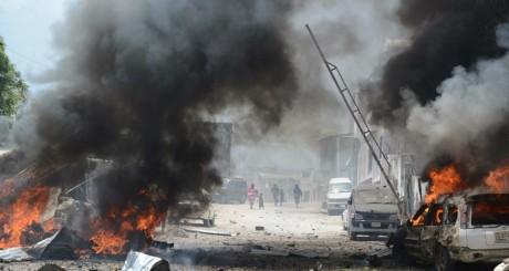 Voitures en feu, après l'attaque du tribunal de Mogadiscio, 14 avril 2013 / AFP