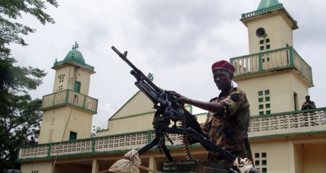Soldat devant la mosquée de Michel Djotodia le 30 mars 2013. REUTERS/Alain Amontchi