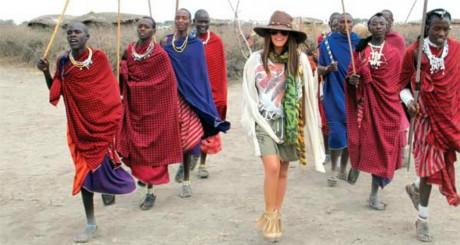 "La chanteuse turque Seren Serengil en Tanzanie en 2011. via Tumblr ""celebsinthecontinentofafrica"""