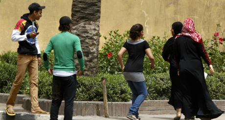 Des jeunes tentent de harceler des femmes au Caire, avril 2013 / REUTERS