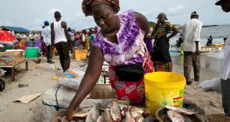 Vendeuse de possions sur la plage de Soumbedioune, Dakar / REUTERS