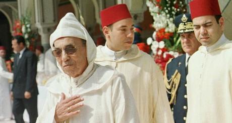 Le roi Hassan II et ses deux fils Sidi Mohammed et Moulay Rachid, en 1999 à Marrakech / AFP