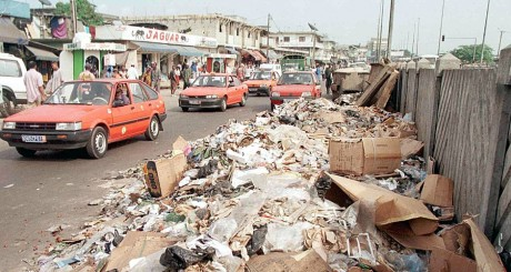 Une rue jonchée de déchets, Abidjan, 1999 / AFP