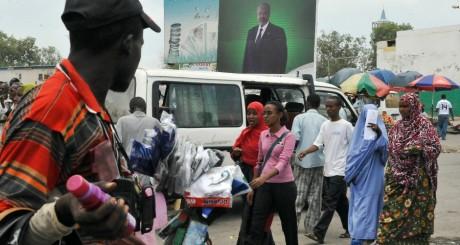 Une affiche du président Omar Guelleh sur la place du marché de Djibouti, avril 2011 / AFP