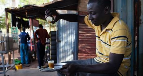 Préparation du thé à Bamako / REUTERS