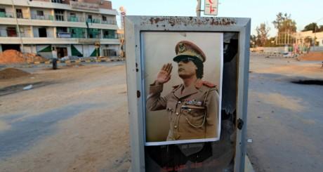Une affiche de Mouammar Kadhafi à Misrata, mars 2011 / REUTERS