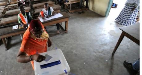 Un bureau de vote lors des municipales d'avril 2013 / AFP