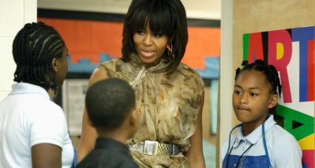 Michelle Obama en visite dans une école d'art à Washington, mai 2013 / REUTERS