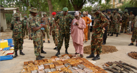 Les autorités nigérianes devant la cache d'armes saisie à Kano, le 30 mai 2013 / REUTERS