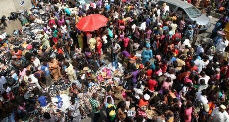 Un marché à Lagos, 24 décembre 2012. REUTERS/Akintunde Akinleye