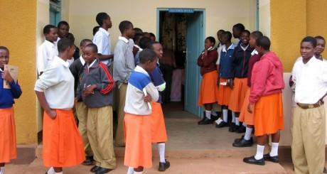 Ecolières tanzaniennes en uniforme / Flickr CC