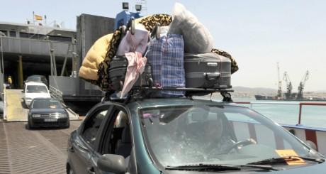 Une famille marocaine arrivant à Tanger par ferry / AFP