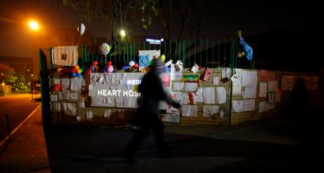 Messages de soutien devant la clinique où est hospitalisé mandela, Pretoria, 24 juin 2013 / Reuters